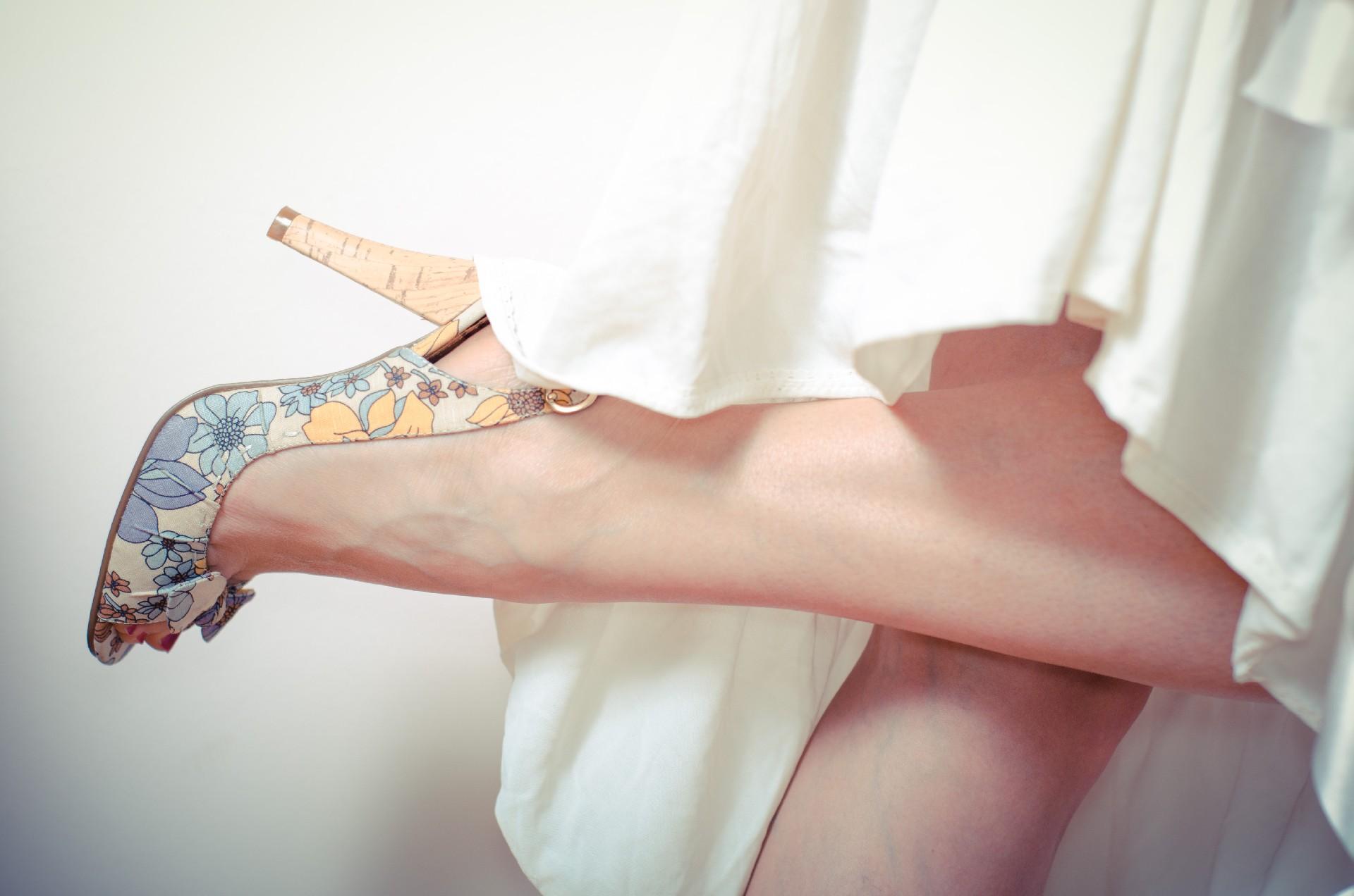 パンプスを履いた脚