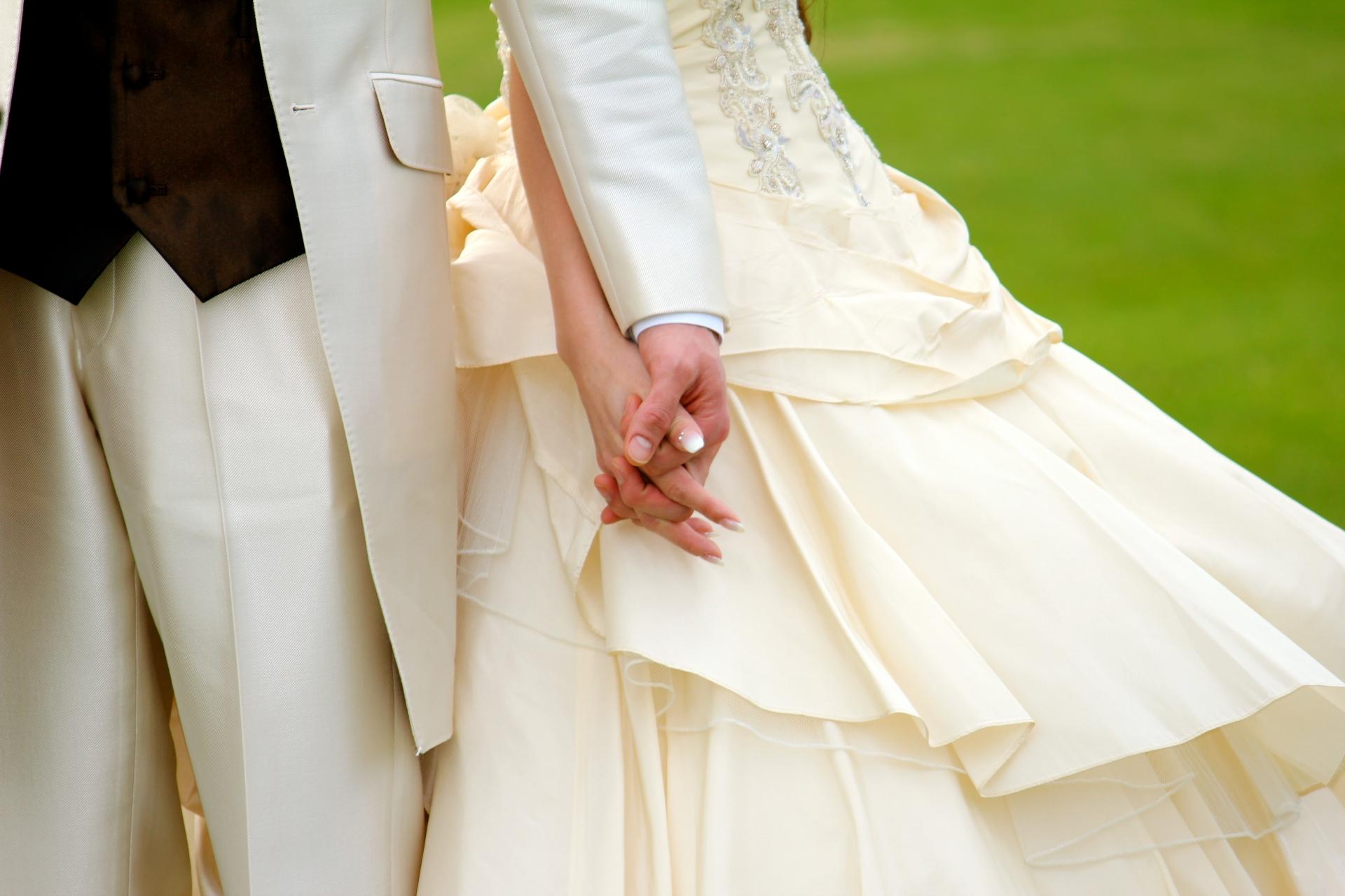 手をつなぐ花嫁と花婿