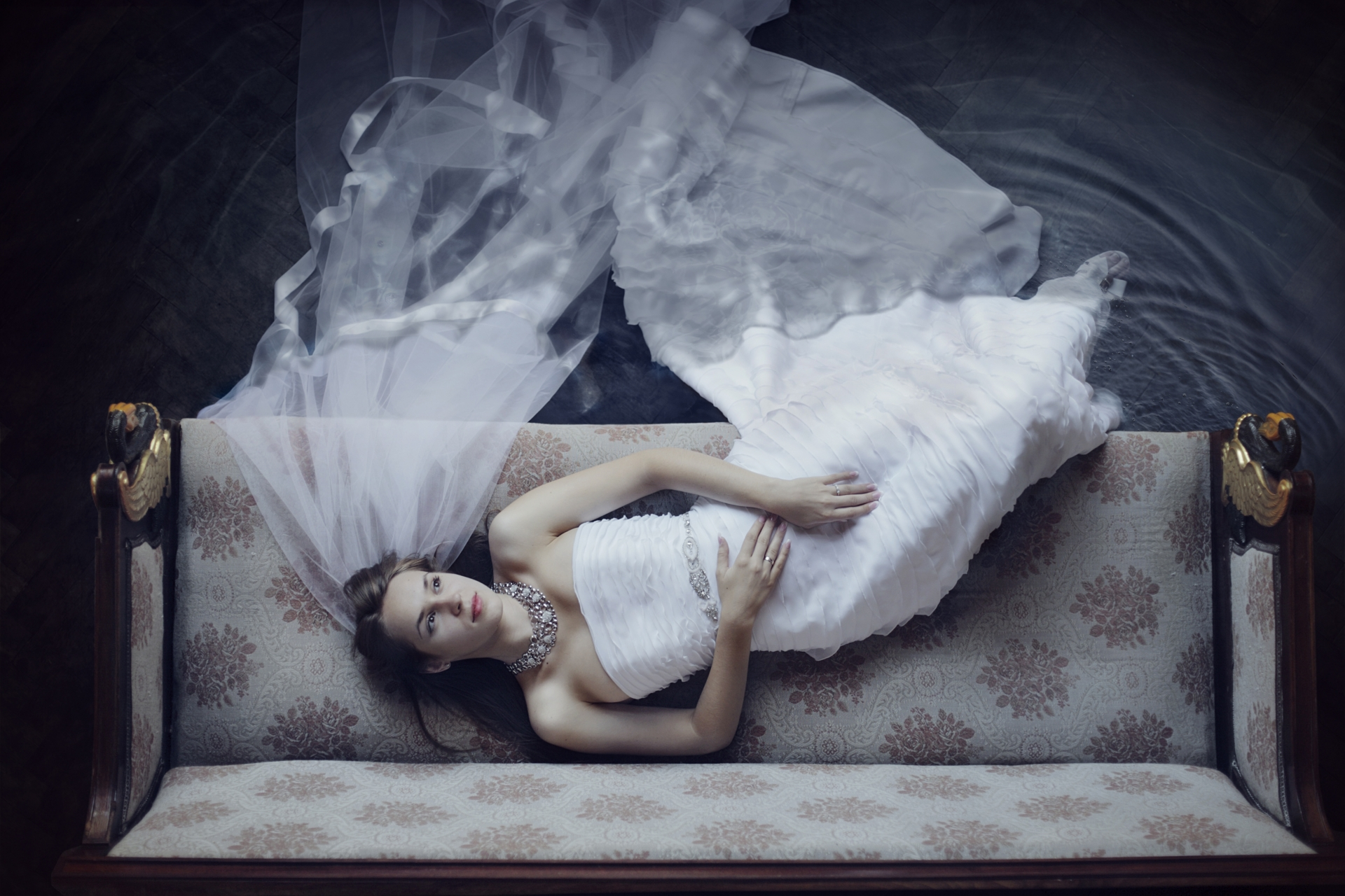 ドレスでソファに寝る女性
