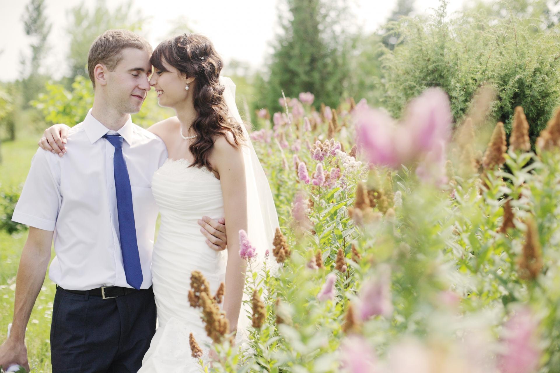 緑溢れる中で身を寄せ合う花嫁と花婿